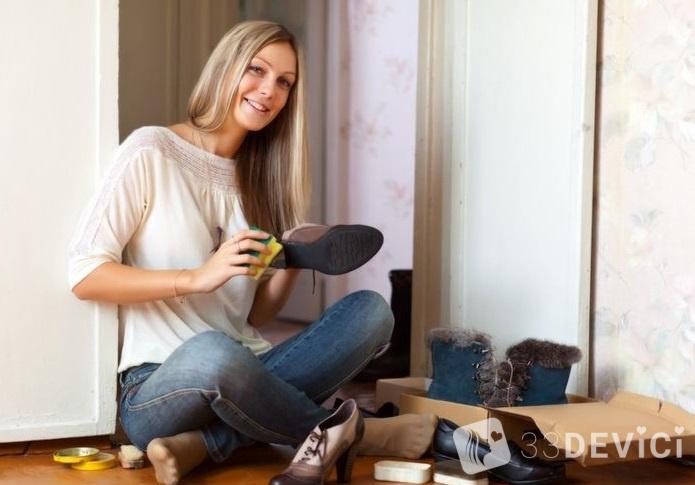 mujer-limpiando-zapatos