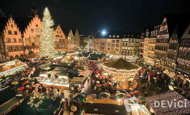Menschen drängen sich am Donnerstagabend (23.11.2006) auf dem Römerberg in Frankfurt nach der Eröffnung des Weihnachtsmarktes. Wegen seiner erwarteten Besucherzahl von rund drei Millionen Menschen und der Größe zählt er nach Angaben der Stadt zu den bedeutendsten Weihnachtsmärkten Deutschlands. Foto: Frank Rumpenhorst dpa/lhe +++(c) dpa - Bildfunk+++