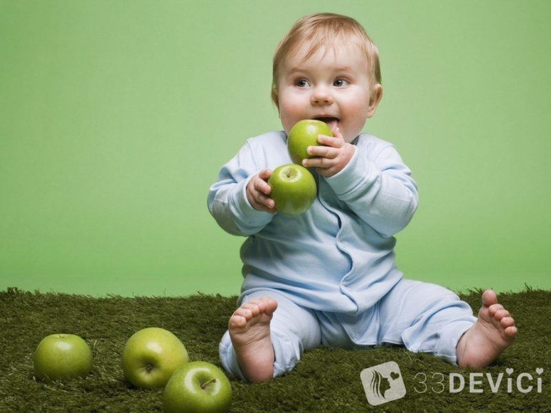 5-months-old-baby-with-green-apple-800x600