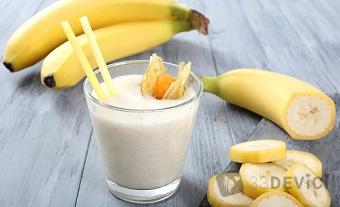 банановый коктейль с молоком в блендере