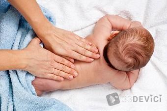 Массировать тело малыша, нужно начиная с шеи и двигаясь к ступням. В таком случае будет достигнут максимальный эффект от процедуры. Не стоит делать хлопающие и давящие движения, чтобы ребенок не испытывал стрессовых ощущений. Также не нужно заставлять малыша лежать неподвижно, со временем он адаптируется, и будет вести себя более спокойно. И, конечно же, сами родители должны иметь правильное представление о технике проведения процедуры и о том, с какого возраста делают массаж новорожденному